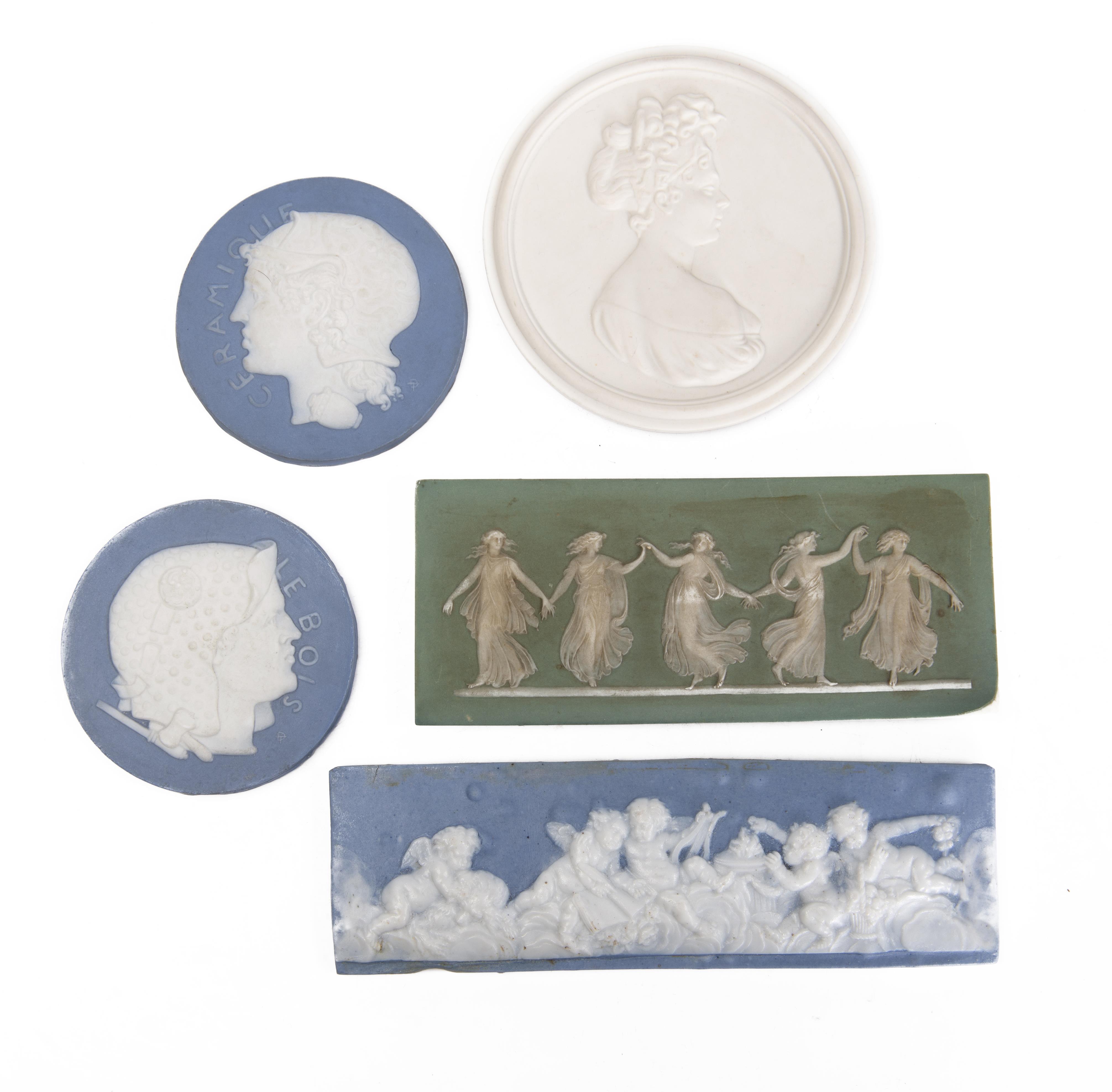 Cinq médaillons et plaques en céramique